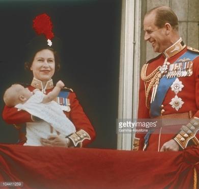 00/00/1960. The Queen with the baby Prince in her arms on the balcony of BUCKINGHAM PALACE with Prince PHILIP after the Trooping the Colour. La Reine ELISABETH II de Grande-Bretagne présente du haut du blacon de Buckingham Palace, en compagnie de son mari le Prince PHILIPPE d'Edimbourg, son dernier-né le Prince ANDREW, duc d'York vers 1960-1961.