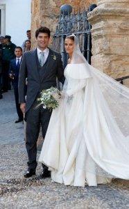 holding-charlotte-alejandro-wedding