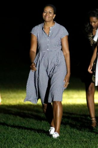 US President Barack Obama waves as he walks with First lady Michelle Obama (L) and their daughters Malia (2nd-R) and Sasha (3rd-R) on the South Lawn of the White House in Washington upon their return from a summer vacation in Martha's Vineyard, Massachusetts on August 21, 2016. / AFP / YURI GRIPAS (Photo credit should read YURI GRIPAS/AFP/Getty Images)